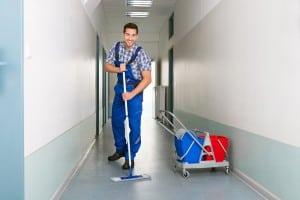 glad-rengoerings-mand-vasker-gulv